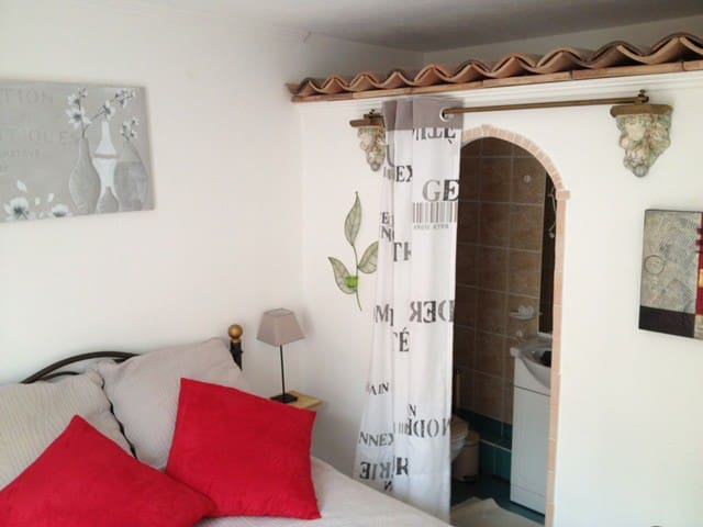 Chambre  Cosy en rez de villa-spa, piscine parking