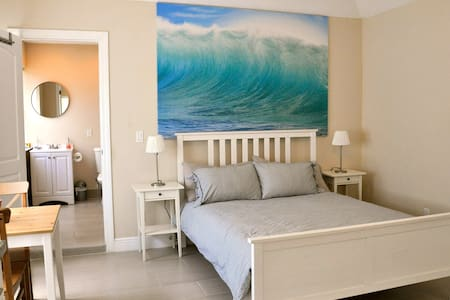 Our 0 bedroom/1 bathroom, Mediterranean-style studio apartment is centrally located in West Palm Beach, 4 blocks from the beach and 5 minutes from downtown West Palm Beach. Newly renovated and equipped with everything you need for a comfortable stay.
