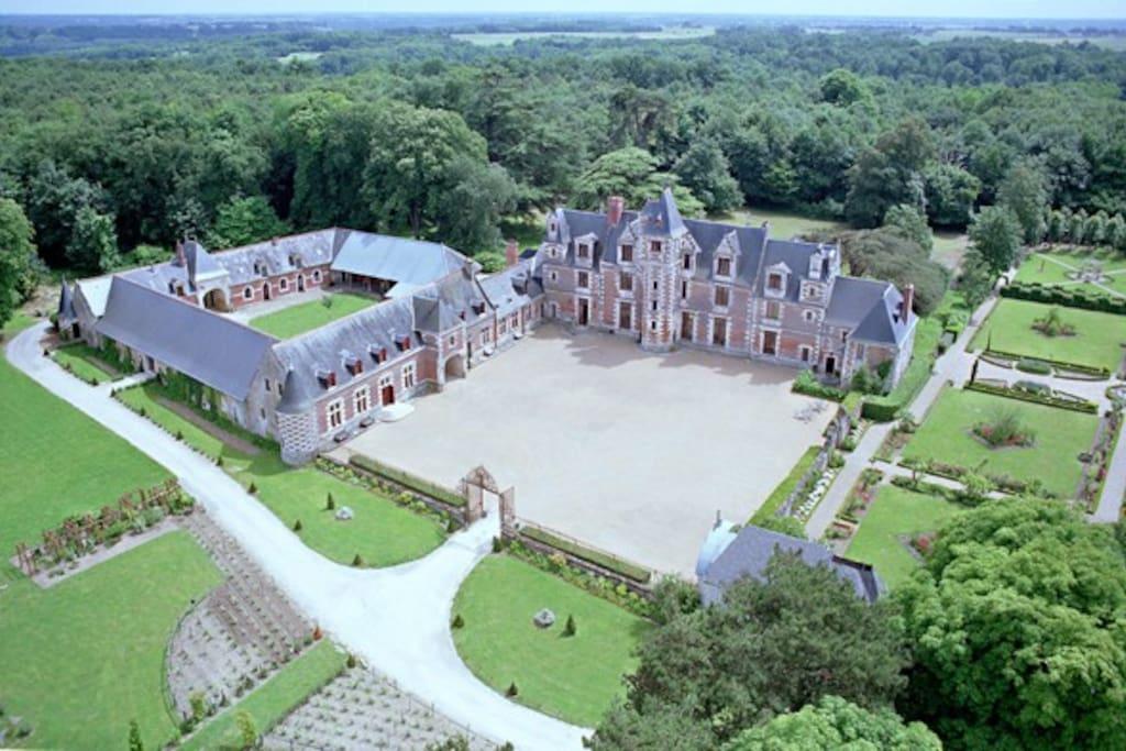 Superbe château Renaissance entre les bois et vignes de Vouvray