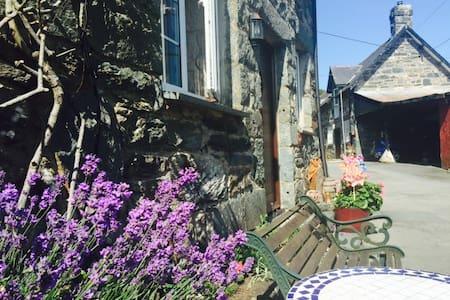 Hen Feudy Cottage set on farm... - Gwynedd