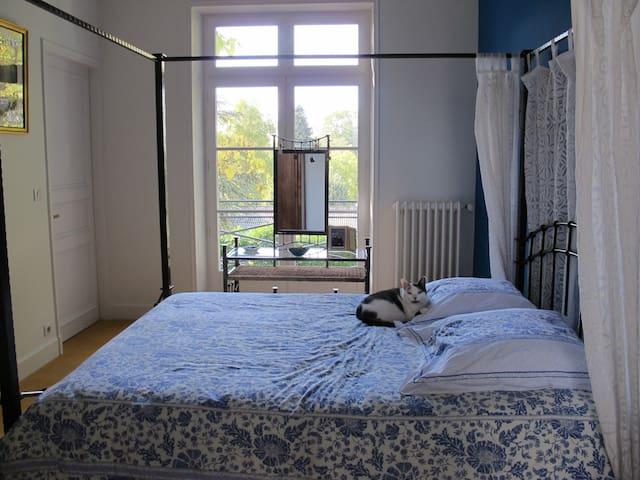 Chambre Thira - Saint-Yrieix-la-Perche - Bed & Breakfast