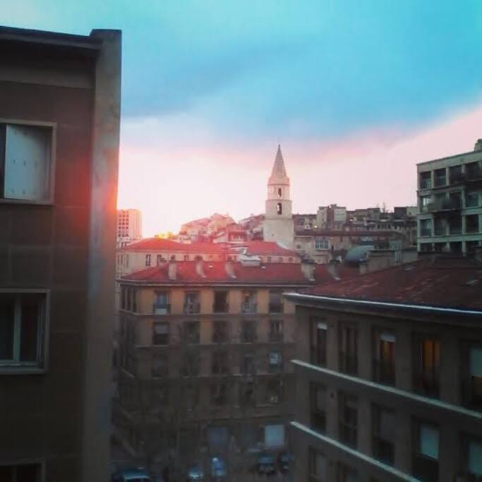 Vue sur le magnifique clocher des Accoules du Panier lorsque le soleil se couche depuis le salon
