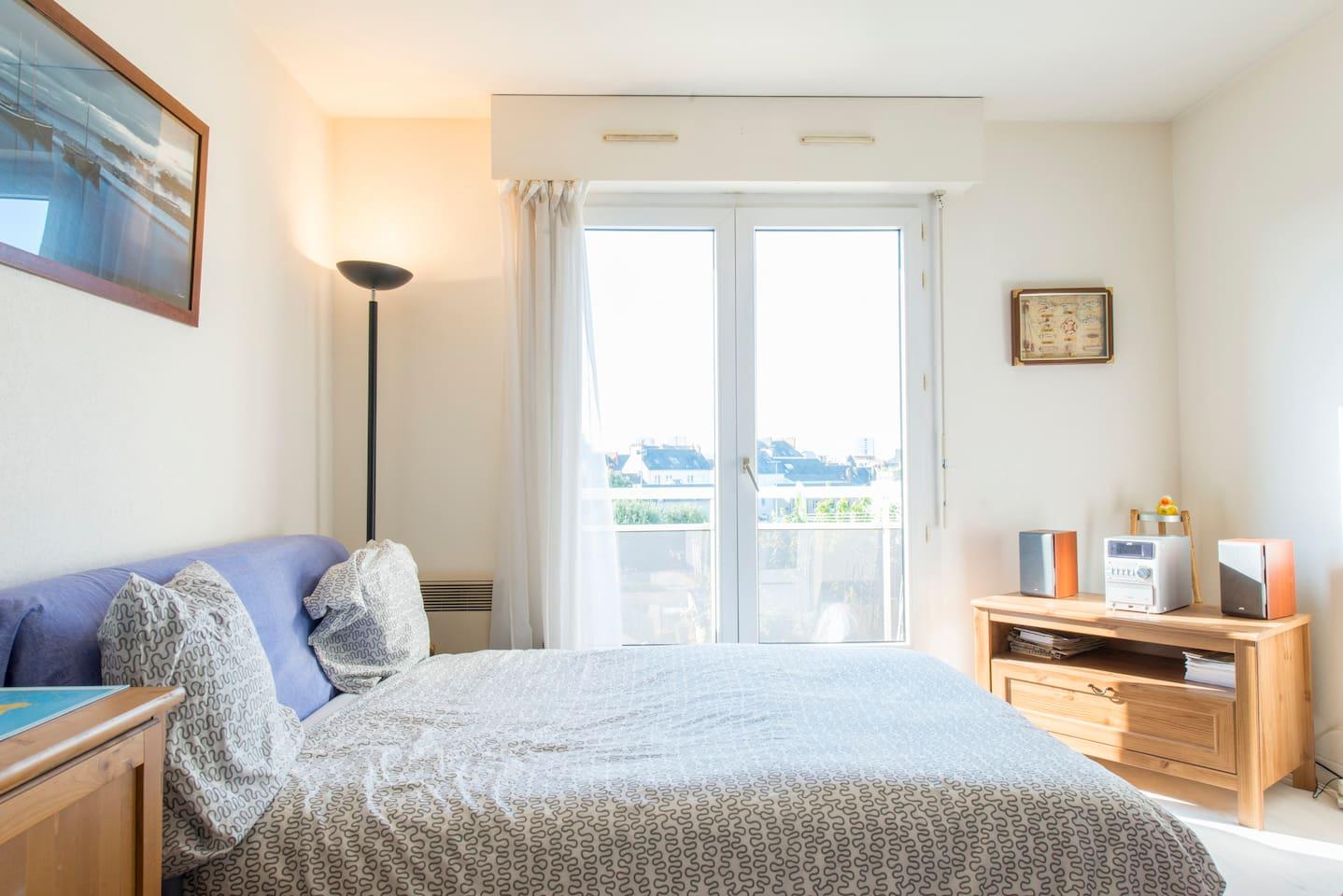 La pièce principale avec le lit