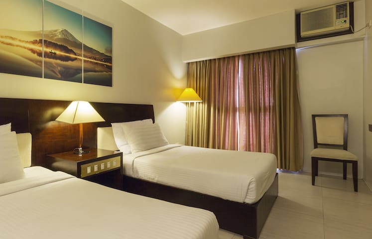 Affordable DELUXE TWIN Hotel Room Heart of Ortigas