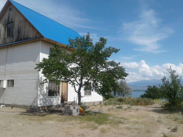 Дом на 9 человек в видом на озеро и горы.