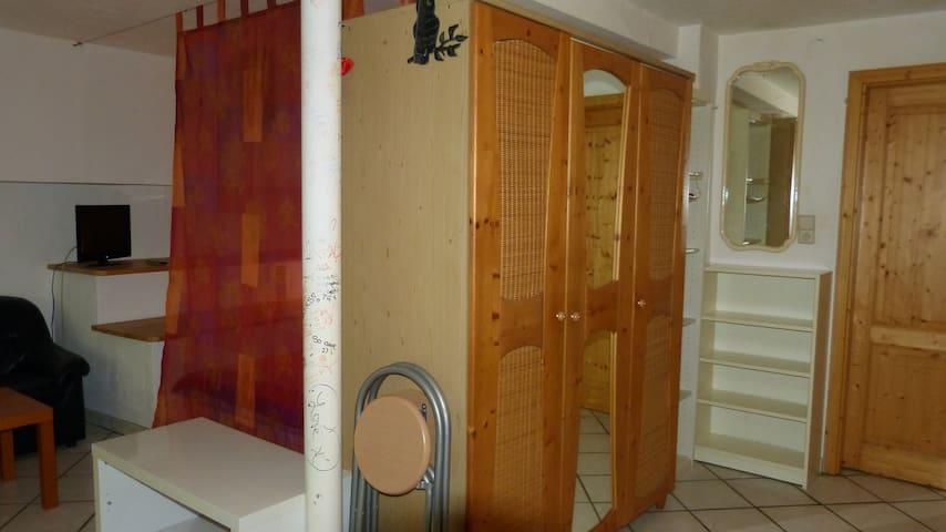 Stauraum gibt es auch genügend, sowohl den dreitürige Kleiderschrank, als auch für Bücher (Regale), für Lebensmittel etc.