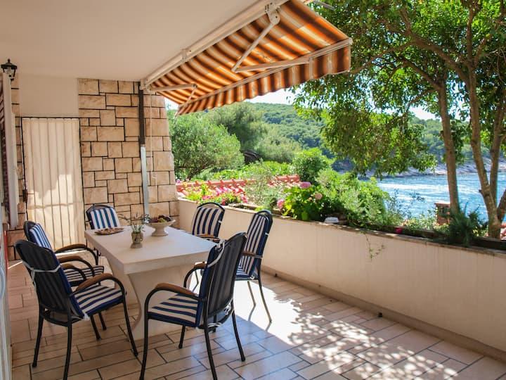 Beachfront apt. with big terrace & garden