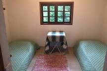 Quarto #3 com duas camas de solteiro e 1 colchão extra
