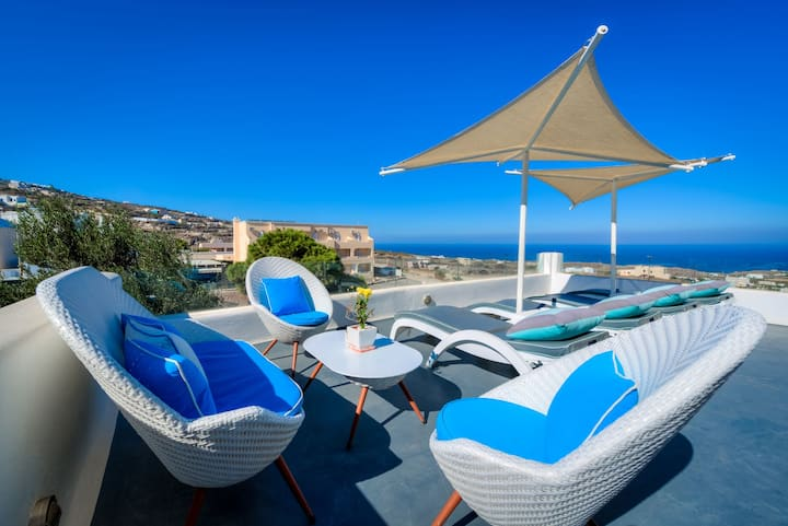 R263 Luxury Santorinian Suite with Hot Tub with Sea View Incl Breakfast