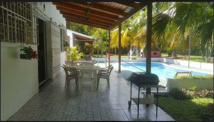 Hermosa Casa camino a Monterrico