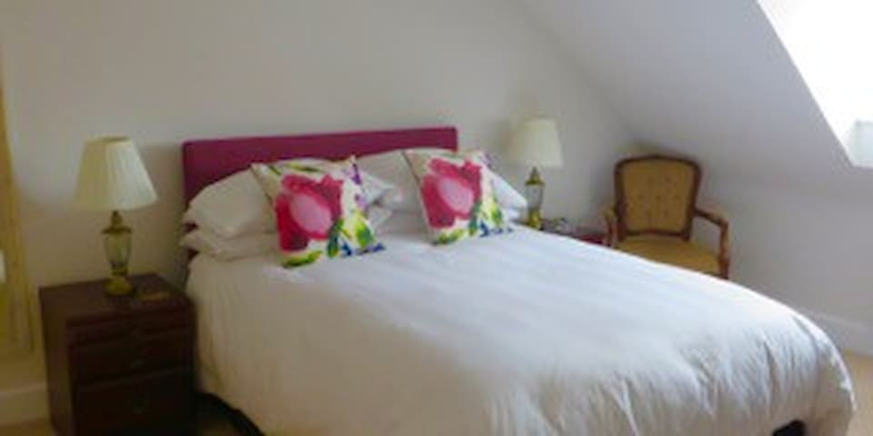 Dordolo B&B,  Lovely bright bedroom with sea peep. - Lyme Regis - House