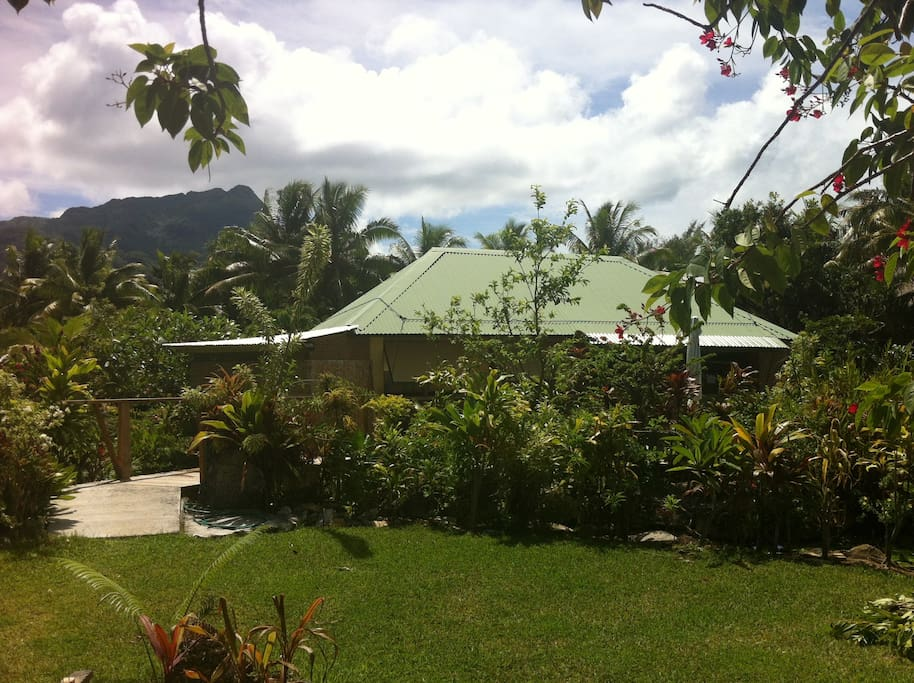 Prime, best island location! Vaivaa is surrounded by beauty.  The ocean is a few steps away, beautiful gardens, the lily-filled lake, beaches, the famous Huahine turquoise lagoon, and mountains.