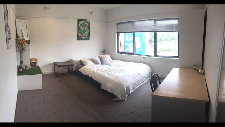 Rooftop Apartment- single & couples welcome!