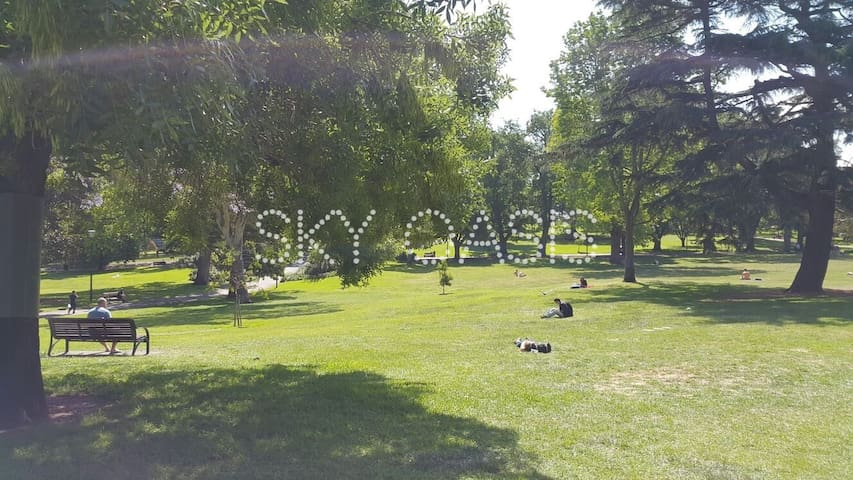 A warm and sunny day at Flagstaff Gardens