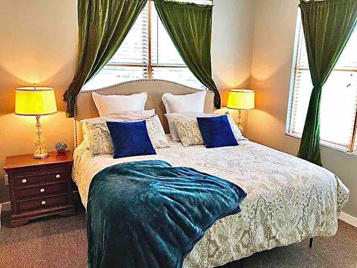 King Bed/Quiet/Safe Condo 1 Block From Choo Choo!