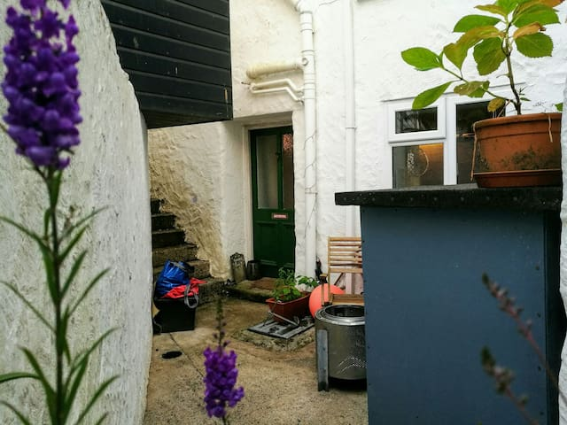 Cosy private studio flat in centre of Penryn