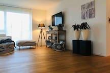 Wohnzimmer mit TV/ Netflix/ Apple TV