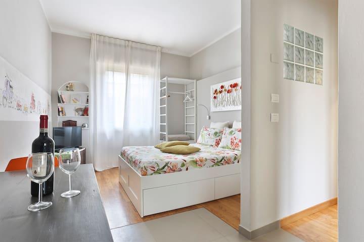 Charming Top Floor Studio Ponte Vecchio + Lift