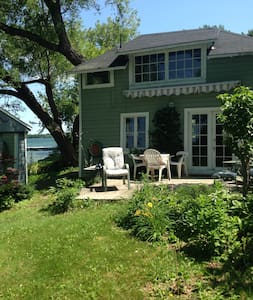 """Bunkie"" Private Waterfront Cottage - Wolfe Island - Casa de campo"