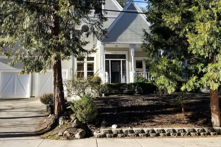 Guest room + extra nook bed, across Lithia Park