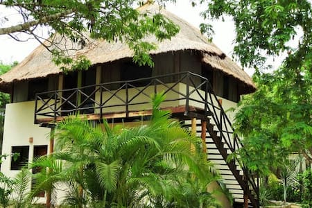 La Casita is a rustic room in Mexico. It has no air conditioning but a ceiling fan. All windows have mosquito nets and a hammock. An original concept to make you spend a night in the tropical jungle.