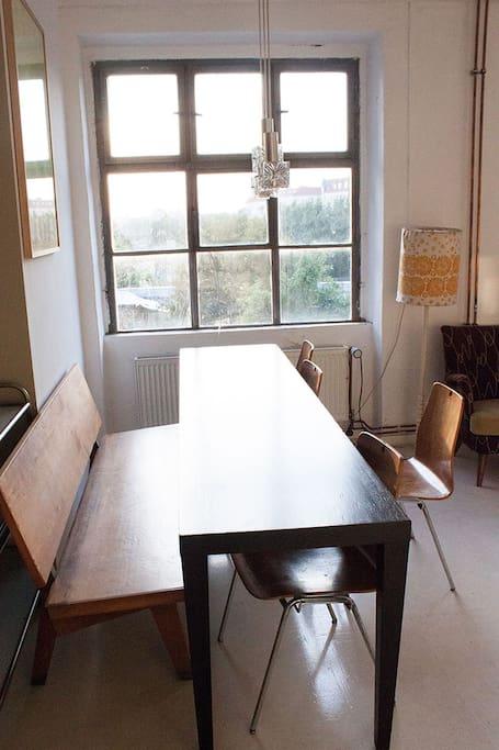 Große Tafel an der hellen Fensterfront