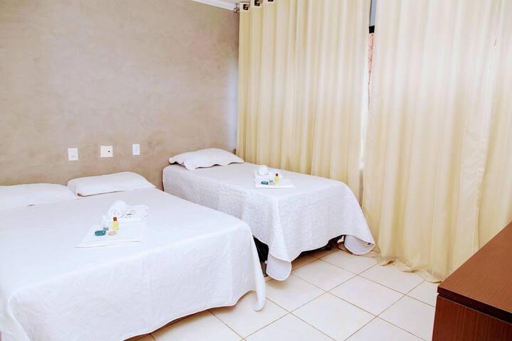 QUARTO 1: cama de casal, cama de solteiro, ar-condicionado, banheiro e chuveiro quente.