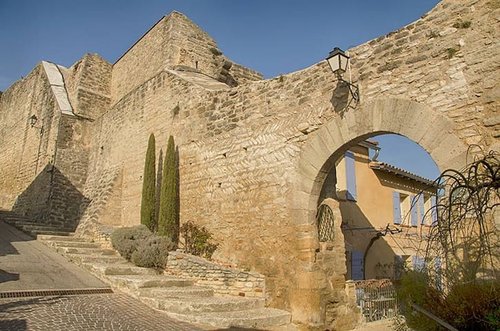 VILLAGE HOUSE in PROVENCE - Châteauneuf-de-Gadagne - House