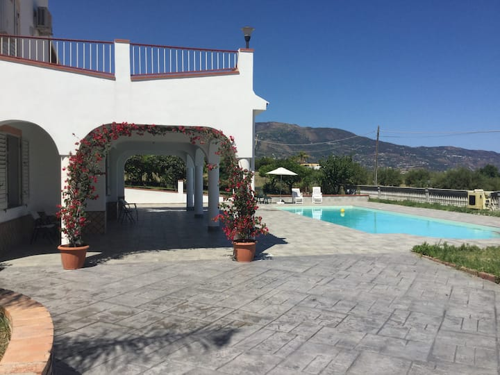 Mongiove  4 bedroom Apartment in villa with pool