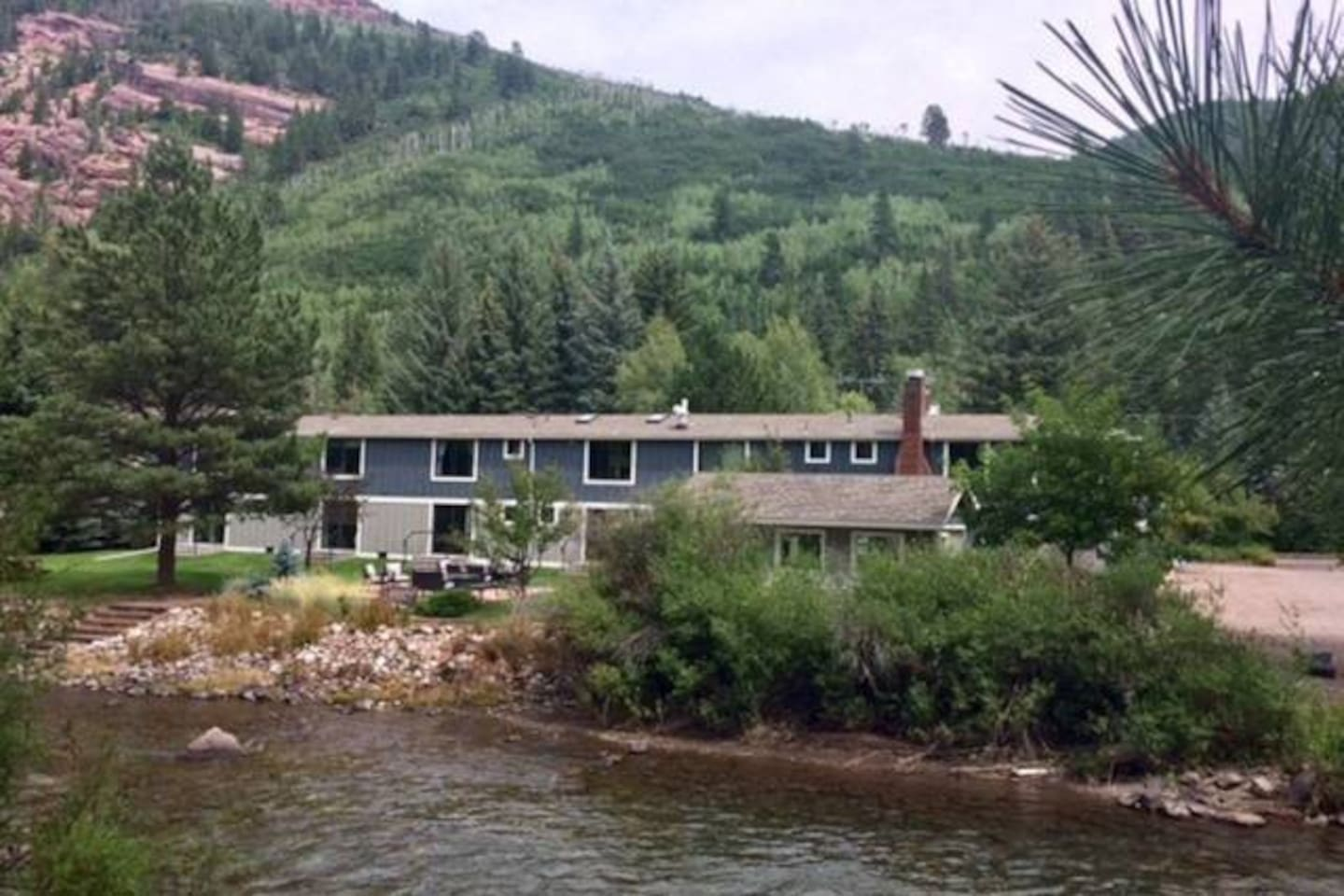 Just a little piece of Heaven directly on the sparkling Crystal River-sip wine/roast hot dogs over the patio table's gas fireplace!  Dip your feet in on  the river bank.  Open the large picture window and hear the river sounds and cool fresh air.