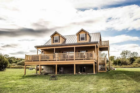 Castello at Castle Point Paradise, cabin with gorgeous lake view!