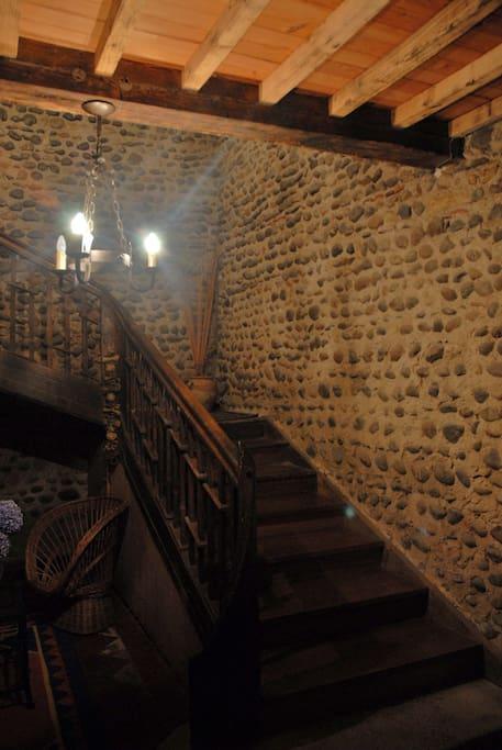 Escalier qui dessert les deux chambres du haut.