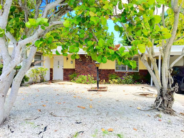 Sunny 2BD house with private beach - Longboat Key