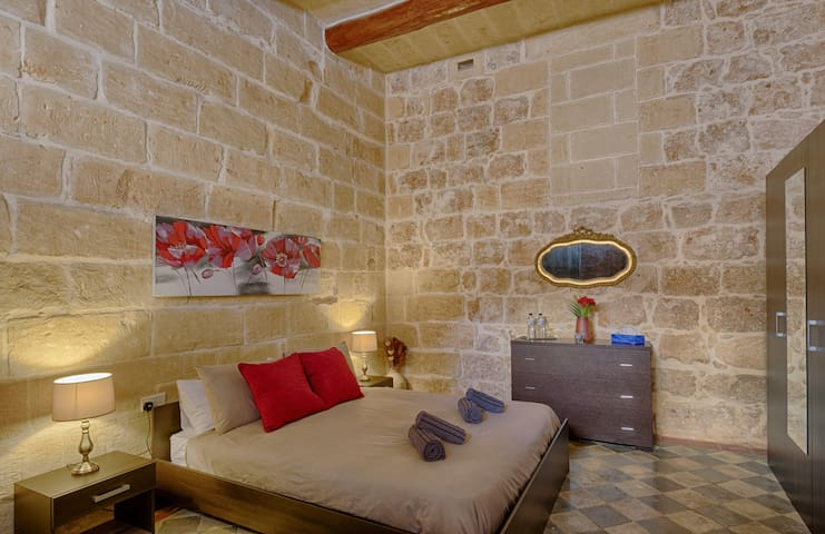 Charming Couples Room w/pr BR in the  ♥ of Xaghra