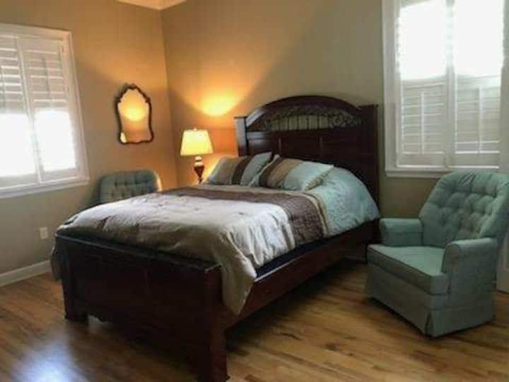 Queen bedroom with shared bath #D