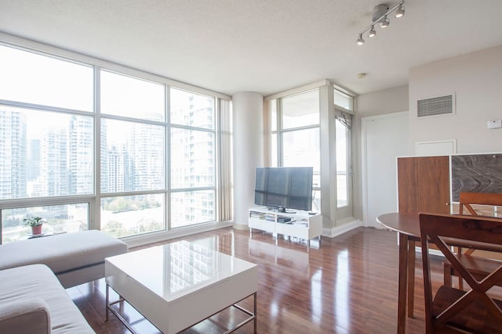 Small den in a shared condo near CN Tower & MTCC