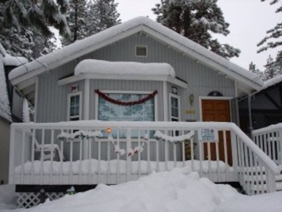 Come Play in the Snow. Very Close to Bear Mountain & Snow Summit Ski Areas. Tasteful Mountain Décor Throughout. Bright and Open Floor Plan.
