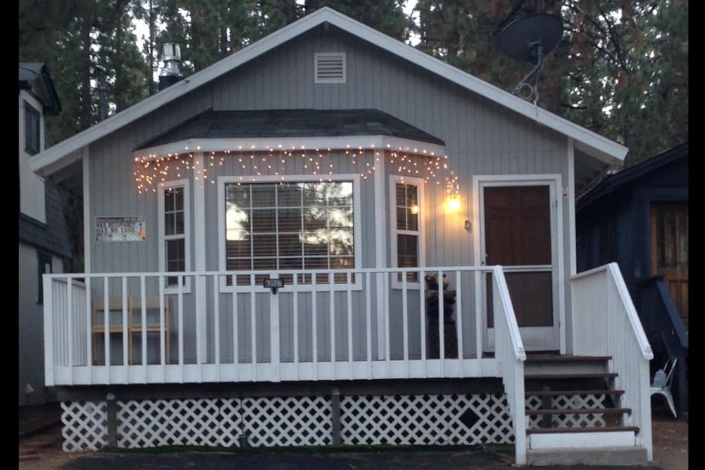 Cute Cabin that is close to everything. Walk to Restaurants. Parking for 2 cars.