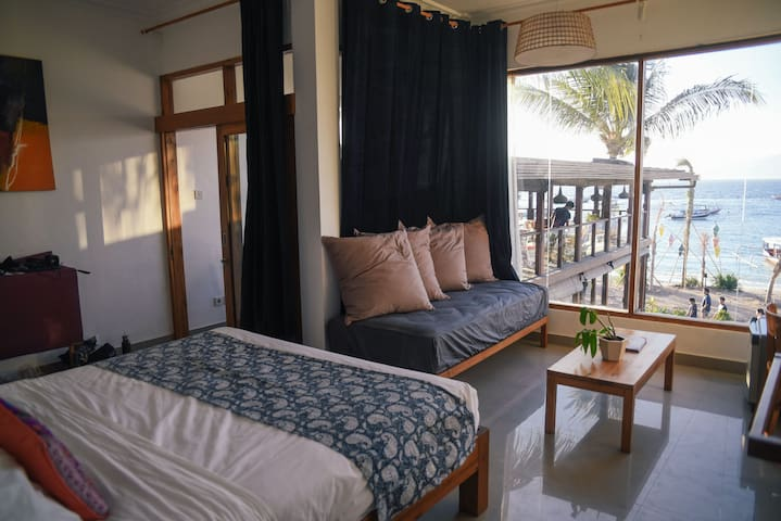 Spacious Beach Side Room w/3 Beds In Gili T