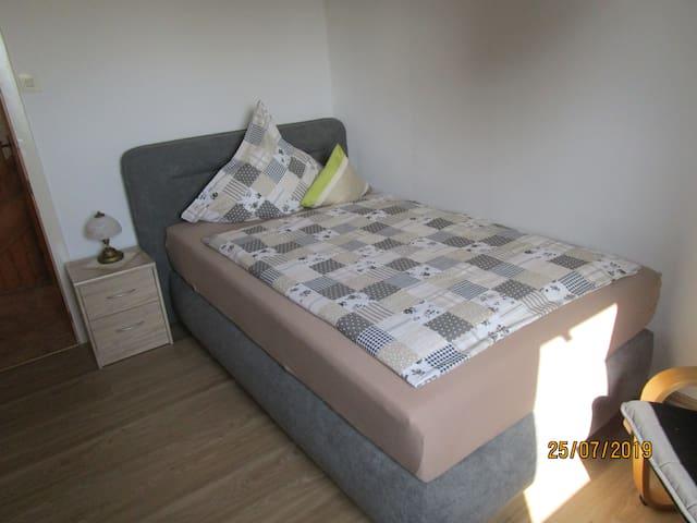 Einzelzimmer mit modernem Boxspringbett 120 cm X 200 cm.