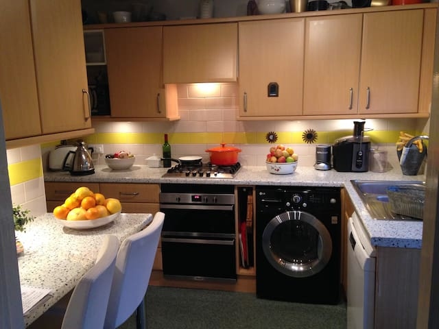 Bright cosy dble in village centre - Kings Langley - Dom