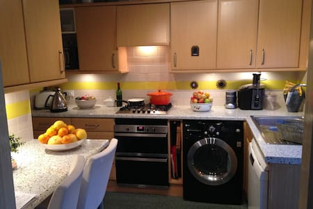 Bright cosy dble in village centre - Kings Langley - Casa