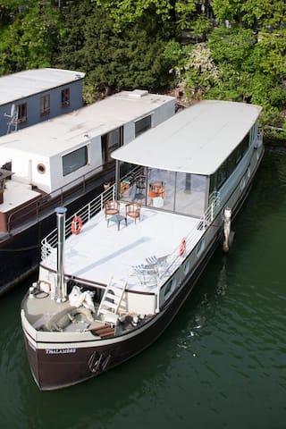 Thalamège, houseboat.