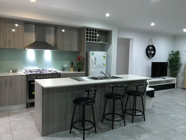BEST LOCATION in TARNEIT, SWEET HOME HOLIDAY STAY
