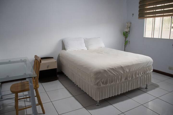 Quarto c/ cama de casal, próximo ao eixo turístico