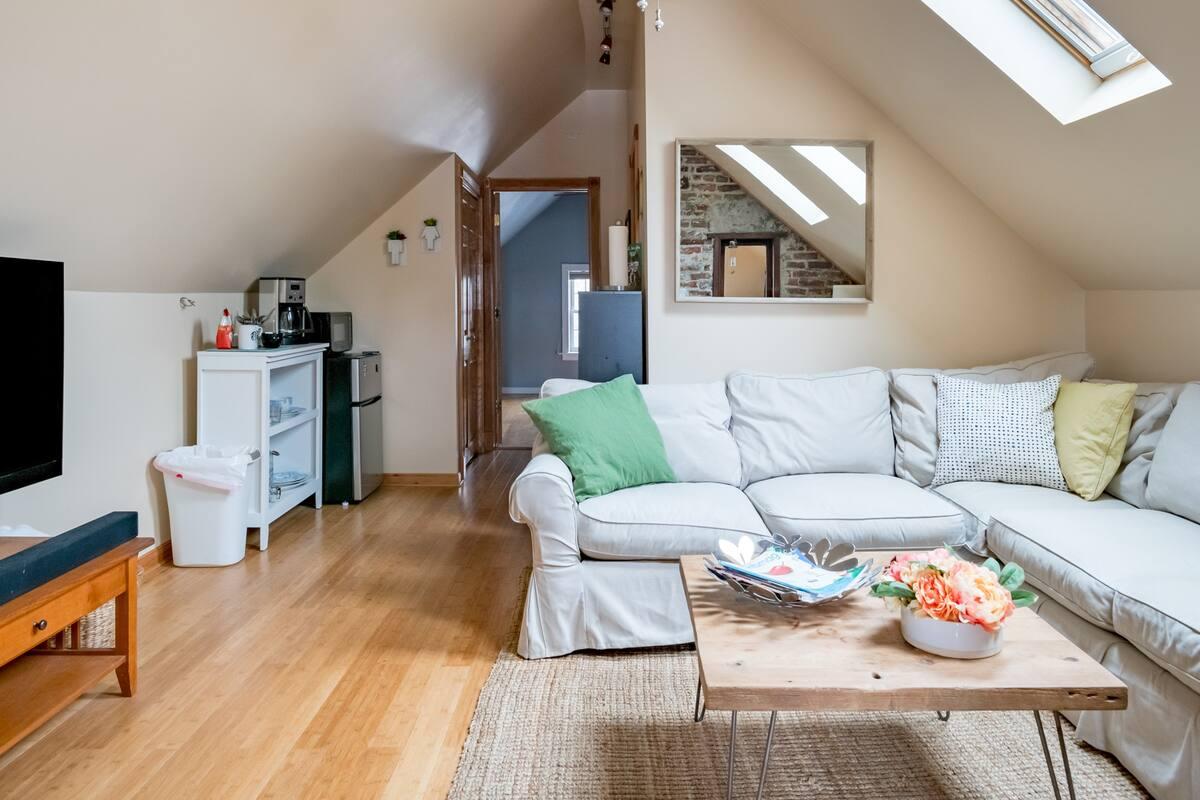 Sunny Attic Suite at Casa de Ninners