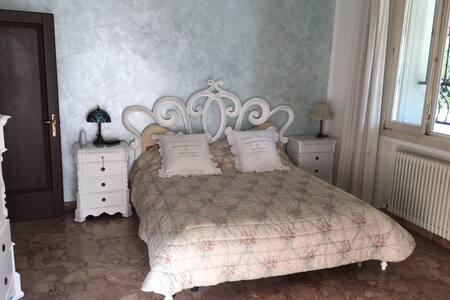 """appartamento in villa """"piccolo paradiso"""" - bologna - Huoneisto"""