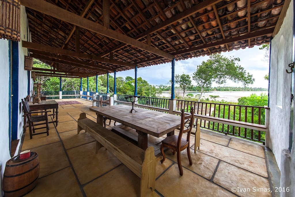 Mesa de refeições no varandão com vista total da lagoa de 5km