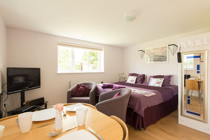 Two Hills View Studio Apartment - Woodmancote, Cheltenham - Pis