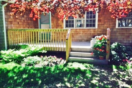 SAG HARBOR COTTAGE WITH POOL ,RELAX WITH NATURE. - Sag Harbor - Ház